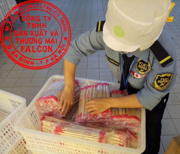 kiểm tra đũa ăn sạch an toàn và đảm bảo vệ sinh